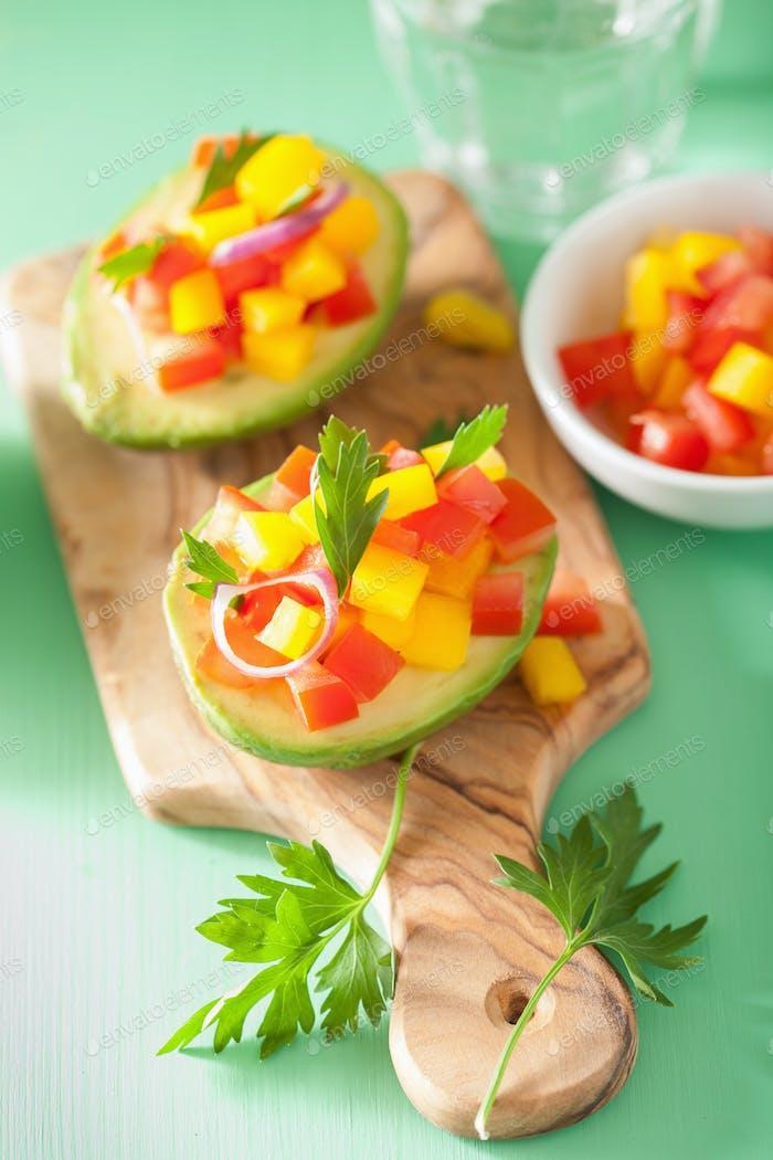 Avocados gefüllt mit Tomatenpfeffer-Salat