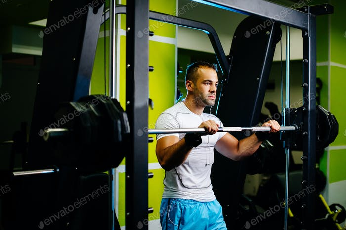 Schönes Fitnessmodell Workout im Fitnessstudio
