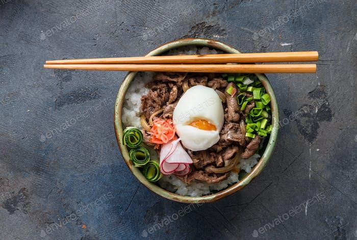 Draufsicht Rinderschale Gyudon mit Reis und Ei