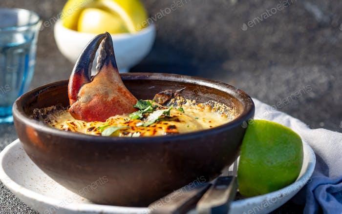Gebackenes Krabbenfleisch Krabbenfleisch mit Käse, Sahne und Brot. Traditionelles Gericht der chilenischen Küste.