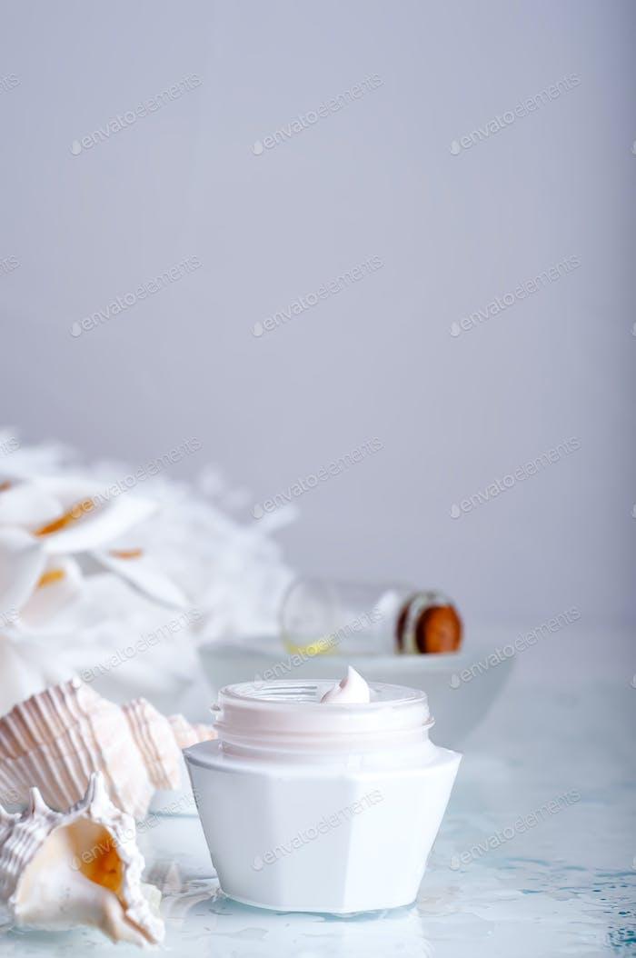 Blume und Glas feuchtigkeitsspendende Gesichtscreme für Spa-Behandlung.