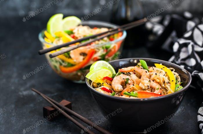 Köstliche asiatische Reisglasnudeln mit Garnelen und Gemüse (