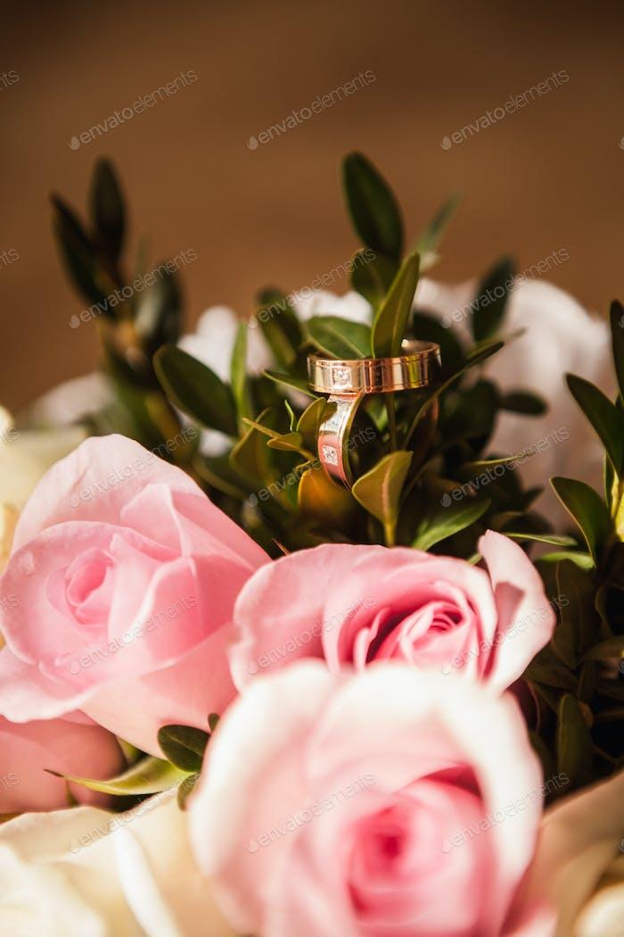 Die Trauringe mit rosa Rosen