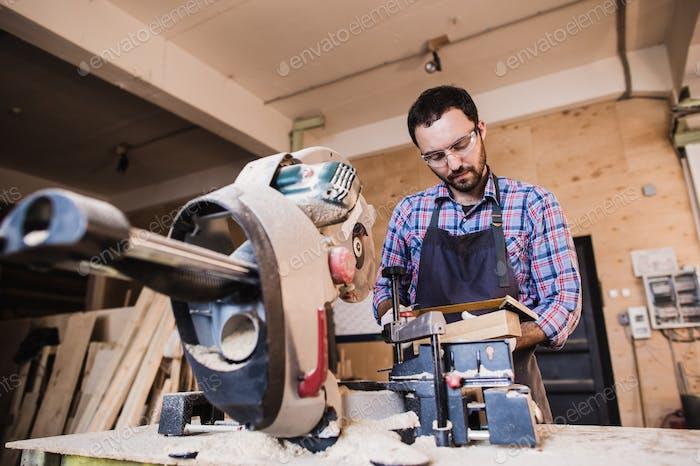 Framing Bauunternehmer mit einer kreisförmigen abgeschnittenen Säge Holz Bolzen Länge zu schneiden.