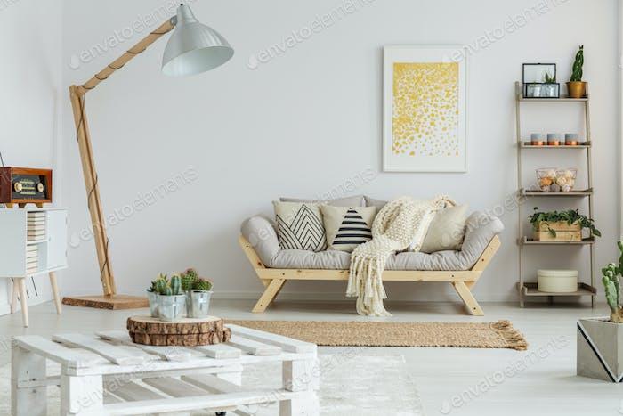 Gelbe Malerei hängt über Sofa