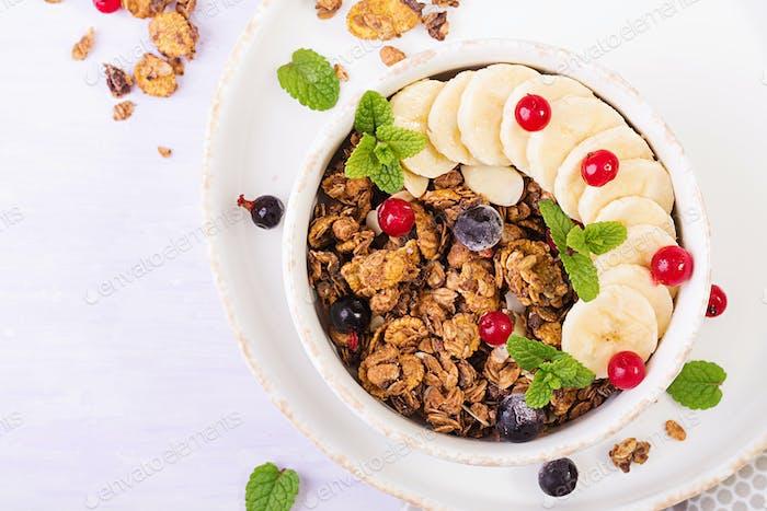 Frühstück. Schüssel mit hausgemachtem Müsli mit Joghurt und frischen Beeren.