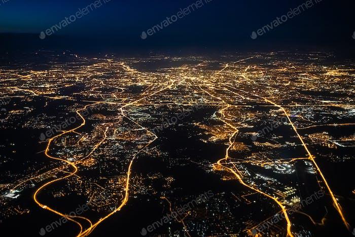 Luftaufnahme einer Stadt Moskau in der Nacht. Stadt Moskau Bild aus dem Flugzeug