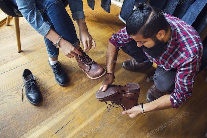 Frau versucht Schuhe mit Freund im Laden