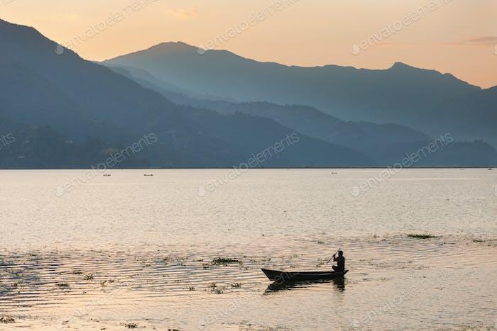 Boote auf dem Phewa-See bei Sonnenuntergang