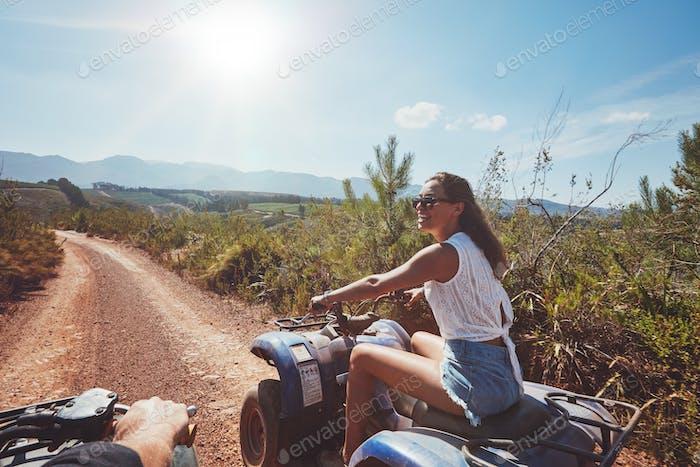 Junge Frau fahren alle Geländewagen in der Natur