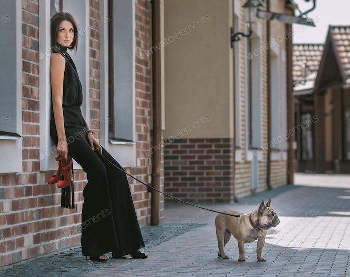 Schöne Frau mit Hund auf der Straße