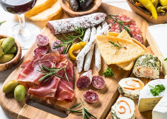 Antipasto Delikatessen - Fleisch, Käse und Wein