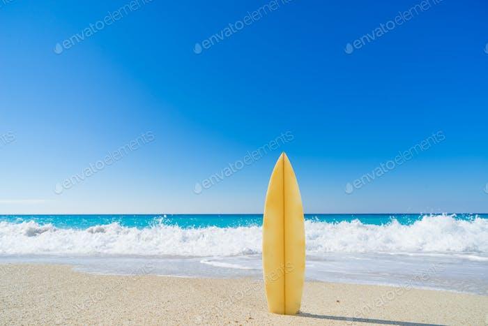 Surfbrett im Sand