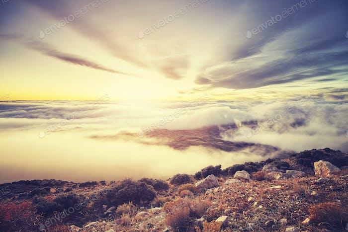 Цветной тонированный живописный горный закат над облаками, США