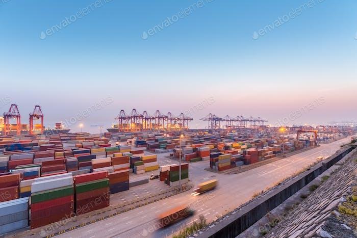Containerhafen bei Einbruch der Dunkelheit