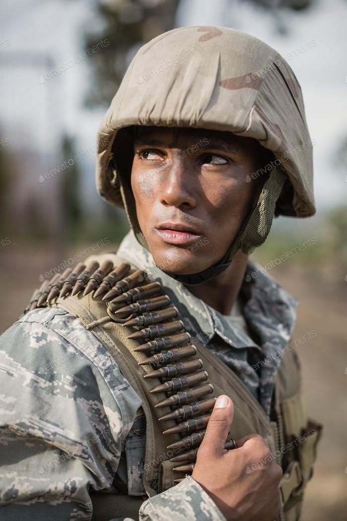 Militärsoldat während des Trainings mit Waffe