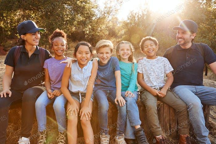 Porträt von Erwachsenen Team Führer mit Gruppe von Kindern im Freien Aktivität Camp