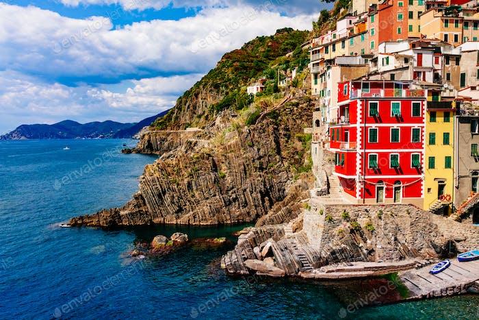 Blick auf das Dorf Riomaggiore. Cinque Terre Nationalpark, Ligurien Italien.