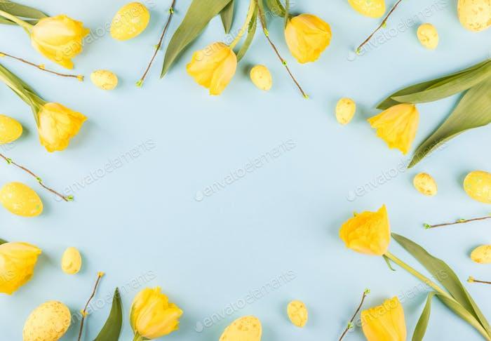 Osterzusammensetzung bunte Eier und Tulpen