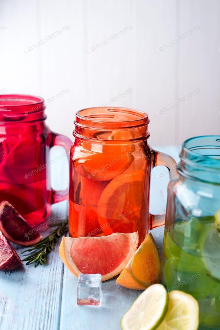 Orangenlimonade auf einem Glas