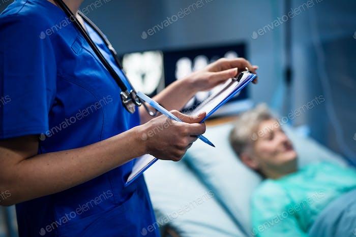 Mittelteil des Arztes im Krankenhaus, Coronavirus-Konzept
