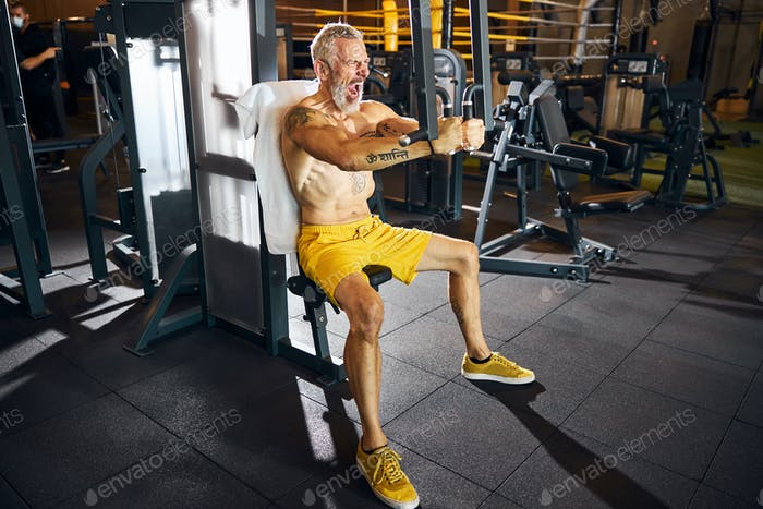 Motiviertes Athletentraining auf einem Trainingsgerät