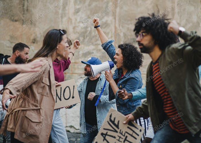 Grupo de activistas que protestan en las calles, huelga, manifestación y lucha concepto.