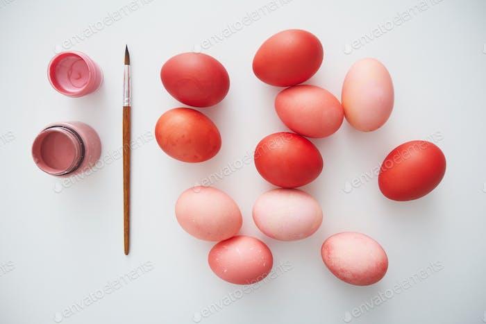 Patel huevos de Pascua de colores sobre blanco