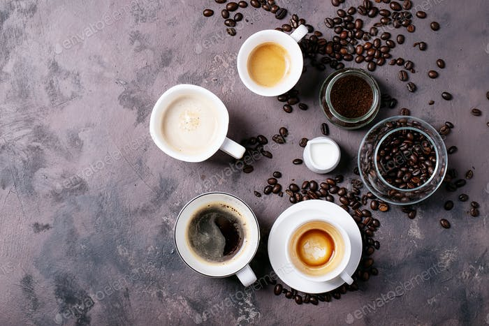 Frischer Kaffee in Tassen