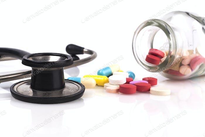 Stethoskop und Pillen Glas