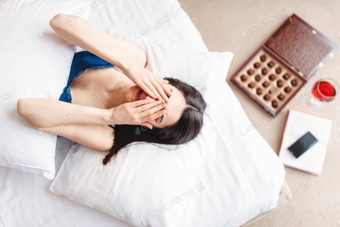 Frau liegt unter der Decke, Draufsicht, Depression