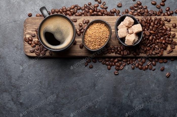 Kaffeetasse, Zucker und geröstete Bohnen