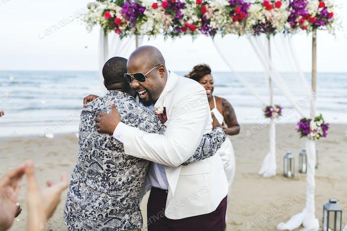 African American Paar immer heiraten am Strand