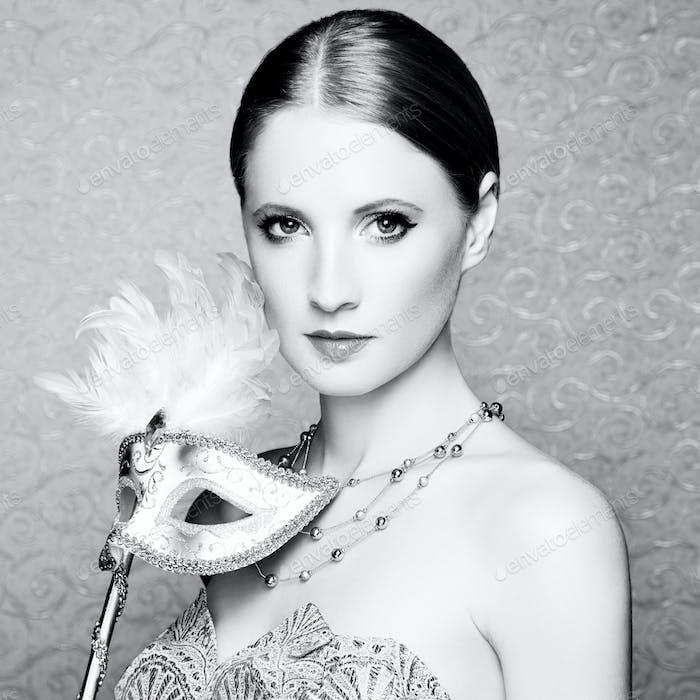 Schöne junge Frau in mysteriösen venezianischen Maske
