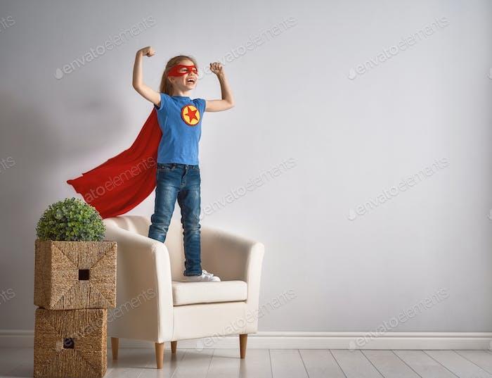 Kind spielt Superhelden