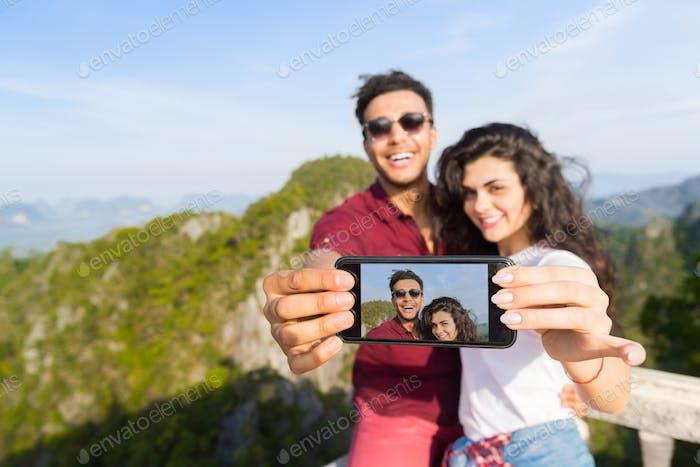 Junges Paar Mountain View Point Glücklich Lächeln Mann Und Frau Nehmen Selfie Foto Auf Handy Smartphone