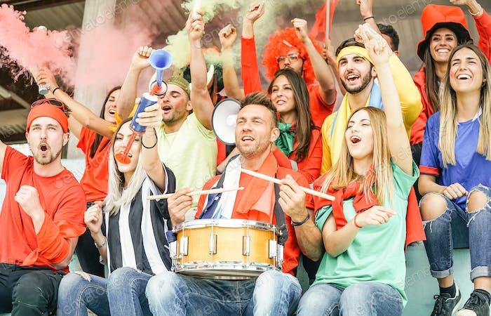 Aficionados a los aficionados al fútbol viendo partido internacional de fútbol