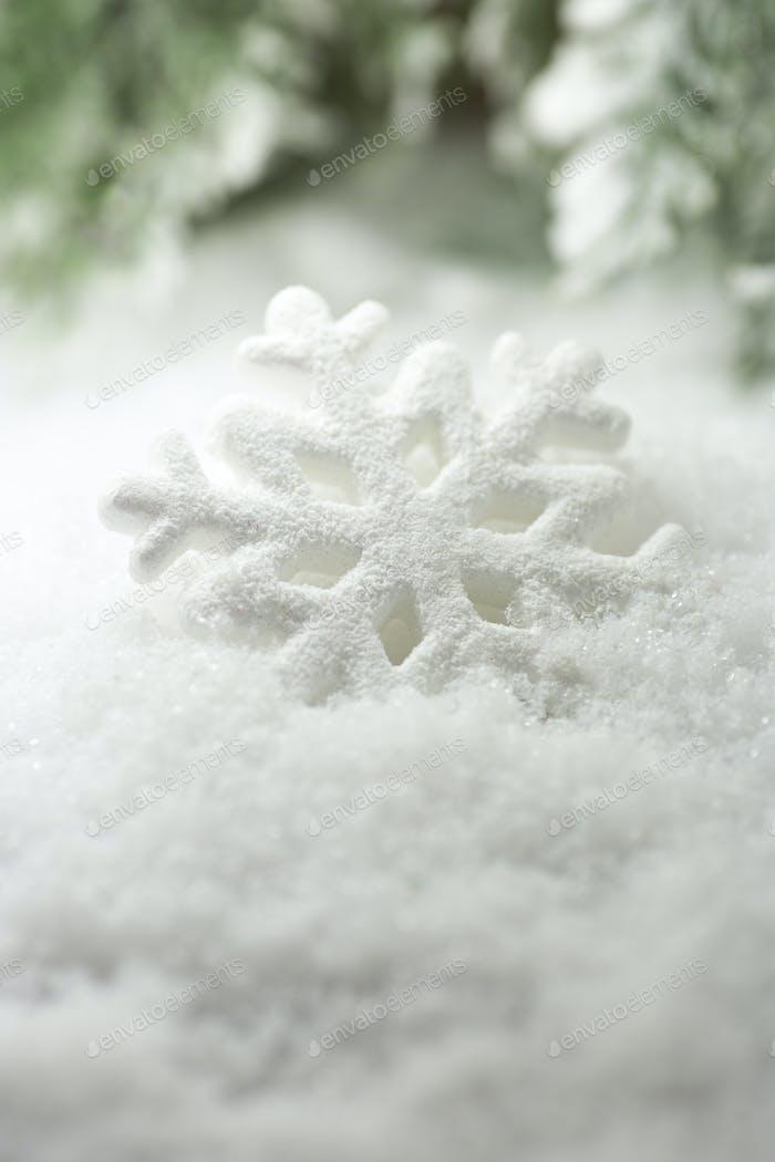 Weihnachtsdekor, auf der verschneiten Oberfläche.