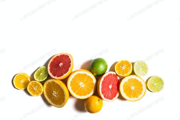 Zitrus-Hintergrund. Sortierte frische Zitrusfrüchte. Isoliert