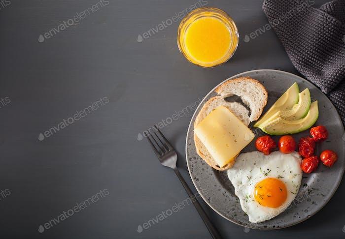 Spiegelei, Avocado, Tomate für gesundes Frühstück
