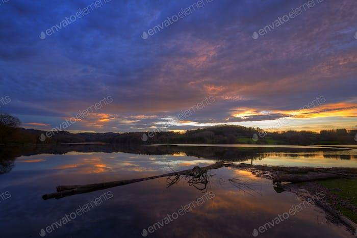 Ominous Sonnenuntergang Wolkencape über einem Fluss