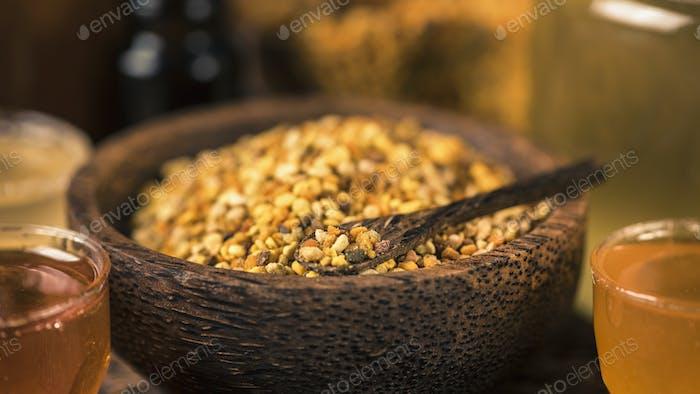 Honigbienenenpollen in Holzschale, Nahaufnahme