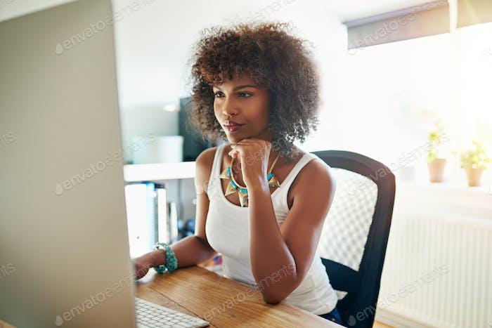 Довольно молодая женщина-предприниматель