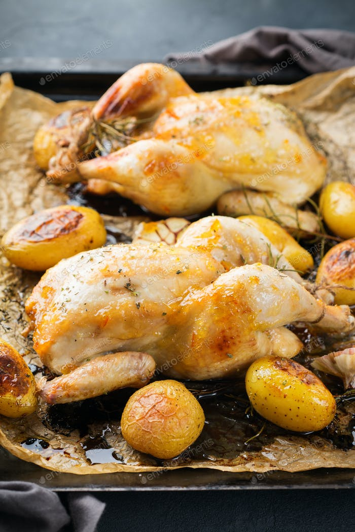 Gebratenes Hähnchen mit Gewürzen, Kräutern, Knoblauch, kleinen Kartoffeln