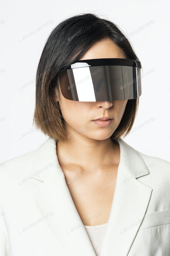 Mujer de negocios usando auriculares vr con tecnología de comunicación global
