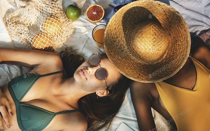Fröhliche Mädchen in Badeanzug Sonne Bräunung zusammen