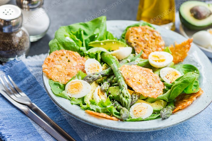 Салат из спаржи с перепелиными яйцами и чипсами из сыра