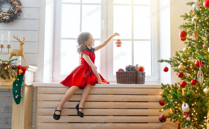 девушка украшает елку