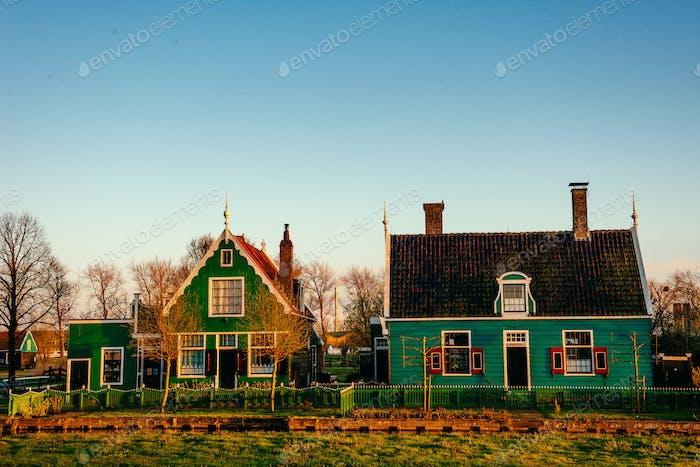 Комфортабельные дома на закате.