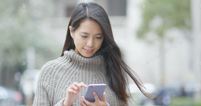 Frau Nutzung des Mobiltelefons
